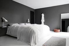 Koti rakennetaan tunteella, tumma makuuhuoneen seinä.