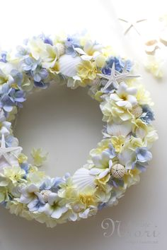 Shells and flowers Coastal Wreath, Corona Floral, Beach Wedding Decorations, Welcome Wreath, How To Preserve Flowers, Summer Wreath, Flower Crafts, Plant Decor, Flower Wall