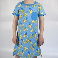 Fun organic dress in blue by Swedish designer Moromini. The dress feature the fun Crazy Banana print, chest pocket and blue binding.   Made from a heavy weight 310 gsm french terry in 95% GOTS Certified organic cotton and 5% lycra.  Designed in Sweden, made in India.
