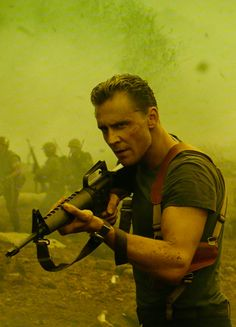 Tom Hiddleston as Captain James Conrad in Kong: Skull Island. Higher resolution image (UHQ): http://ww4.sinaimg.cn/large/6e14d388gy1fcufjgx75kj227k0xcdnd.jpg Source: https://www.cosmicbooknews.com/content/kong-skull-island-high-res-images