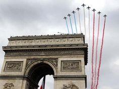 Aviões da França sobrevoam o Arco do Triunfo nesta segunda (14) em Paris, durante comemoração do Dia da Bastilha (Foto: AP Photo/Gonzalo Fuentes/Pool)
