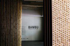 A Boobam na Japan House! A arquiteta Lea Yuko, do Design Kiiro, visitou o espaço a nosso convite e recuperou lembranças da infância ao ver as hélices de bambu, que brincava quando era pequena, numa das vitrines do centro cultural, recém-inaugurado na av. Paulista, 52. .Veja a matéria completa e mais fotos no nosso blog  blog.boobam.com.br #designbrasileiro #japanhousesp #reginagalvao #mobiliariobrasileiro #design #mobiliario #furniture #decoração #decor #homedecor