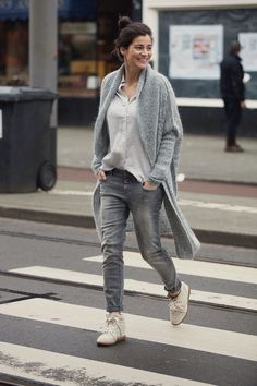 Spring 2016 long knitted cardigan and boyfriend skinny jeans, bobby sneakers Isabel Marant Mode Outfits, Fall Outfits, Casual Outfits, Fashion Outfits, Casual Chic, Casual Jeans, Casual Fall, Casual Shoes, Fashion Mode