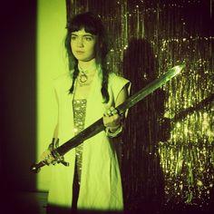 grimes in green Claire Boucher, Pretty People, Beautiful People, Riot Grrrl, Grunge Hair, Celebs, Celebrities, Hairstyles With Bangs, Singer