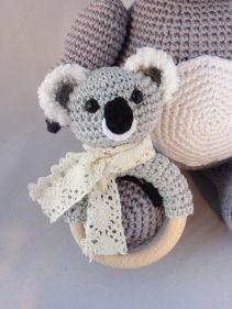 Kijk wat ik gevonden heb op Freubelweb.nl: een gratis haakparoon van Dani's Creaties om deze leuke koalabeer rammelaar te maken https://www.freubelweb.nl/freubel-zelf/gratis-haakpatroon-koala-rammelaar/