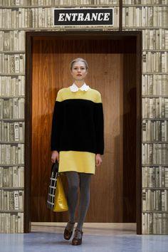 Pin for Later: London Fashion Week, le Guide Jour 2: Orla Kiely Les mannequins se sont retrouvé dans une bibliothèque, défilant entre les livres et montrant une collection rétro aux couleurs vibrantes.