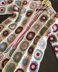 This Pin was discovered by Goc Crochet Jacket, Crochet Cardigan, Crochet Granny, Free Crochet, Crochet Long Sleeve Tops, Sweater Hat, Crochet Clothes, Crochet Patterns, Knitting Needles