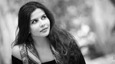 """Η Μαρία Κρασοπούλου γεννήθηκε και μεγάλωσε στην Καλαμάτα. Το τραγούδι κι η γραφή την κέρδισαν από νωρίς. Δισκογραφικά έχει δύο στιγμές σε μουσική του Γρηγόρη Πολύζου ενώ κυκλοφορεί κι η πρώτη της ποιητική συλλογή από τις εκδόσεις """"Γαβριηλίδη""""."""
