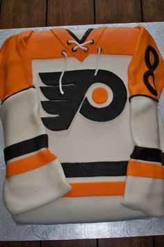 first hockey jersey cake.have a feeling it won't be my last! Hockey Birthday Parties, Hockey Party, Boy Birthday, Birthday Cake, Hockey Cupcakes, Flyers Hockey, Flyers Players, Hockey Bedroom, Sport Cakes