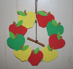 EZ Cinnamon Apple Wreath Craft for kids or could make a leaf wreath same idea.  Illustrations for leaves can come from coloring books or real leaves.