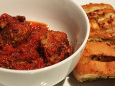Super tasty recipe for meatballs in a garlic-flavoured tomato sauce with garlic bread. Healthy Family Meals, Healthy Snacks, Garlic Bread Ingredients, Mince Dishes, Delicious Desserts, Yummy Food, Meatball Recipes, Bread Recipes, Tasty Recipe