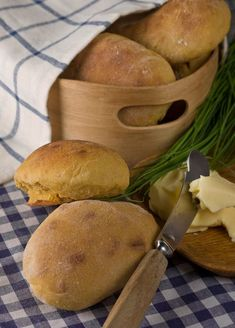 Unohda vaivaaminen - pikasämpylät on hetkessä valmiita I Love Food, Good Food, Yummy Food, Savoury Baking, Bread Baking, No Salt Recipes, Baking Recipes, Bread Recipes, Finnish Recipes