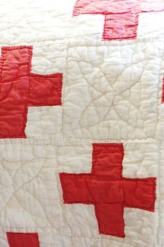 Red Cross Quilt from . Frog Goes to Market . Cool quilting in the negative space Old Quilts, Antique Quilts, Vintage Quilts, Vintage Linen, Nurses Week Gifts, Plus Quilt, Cross Quilt, Red And White Quilts, Techniques Couture