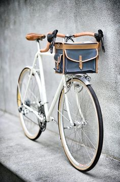 Fast Boy Cycles Randonneur with Berthoud handlebar bag. Photo Velo, Pimp Your Bike, Vw Minibus, Velo Retro, Retro Bike, Carbon Road Bike, Cycle Chic, Bike Bag, Bike Style