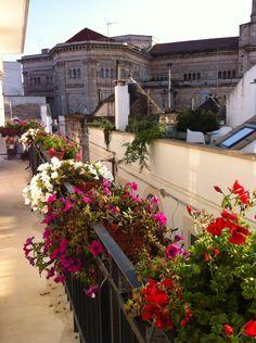 Alberobello dal balcone: il sole dopo due giorni di pioggia.  www.trullinet.com/clienti:trulliforrent. Richiedi il tuo trullo direttamente ai proprietari senza costi di Agenzia. Trascorri qui la tua vacanza nella Storia