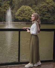 Source by Risyawardani Outfits hijab Hijab Casual, Modest Fashion Hijab, Hijab Style Dress, Modern Hijab Fashion, Street Hijab Fashion, Tokyo Street Fashion, Hijab Fashion Inspiration, Hijab Chic, Muslim Fashion