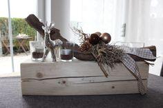 Adventsgesteck aus altem Holz! Alter Holzblock natürlich dekoriert mit einem Reh, Kugeln und vier Teelichtgläser! Preis 39,90€