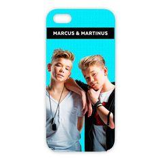 Dette mobildekselet er perfekt for alle mmere som vil gi mobiltelefonen sin en personlig touch! Dekselet er i sort hardplast med bilde av Marcus & Martinus