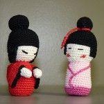 Free patterns to make two different models of amigurumi kokeshi. Amigurumi Free, Crochet Amigurumi, Amigurumi Doll, Amigurumi Patterns, Crochet Dolls, Chat Crochet, Crochet Art, Easy Crochet Patterns, Free Crochet