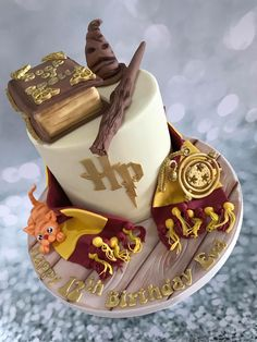 50 Most Beautiful looking Gryffindor Cake Design that you can make or get it made on the coming birthday. Harry Potter Desserts, Harry Potter Treats, Bolo Harry Potter, Gateau Harry Potter, Harry Potter Birthday Cake, Harry Potter Food, Harry Potter Baby Shower, Crazy Cakes, Cool Wedding Cakes