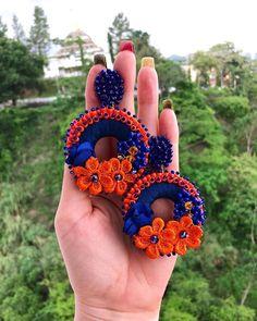 (Vendidos) Hermosos aretes disponibles #enfemeninoaccesoriospty #tulopidesnosotroslocreamos #hechoenopanama #moda #accesorios Jewelry Design Earrings, Feather Jewelry, Cute Jewelry, Beaded Earrings, Crochet Earrings, Statement Earrings, Textile Jewelry, Embroidery Jewelry, Fabric Jewelry