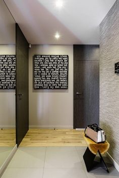 Fekete szín mint látványelem - kontrasztos dekoráció egy modern lakásban