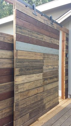 Wood Door Garden Backyards 32 Ideas For 2019 Wood Barn Door, Barn Wood Signs, Barn Door Hardware, Barn Doors, Diy Wood Wall, Rustic Wood Walls, Diy Patio, Backyard Patio, Backyard Ideas