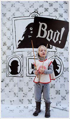 CHEVALIER. Un enfant dans un costume de chevalier.
