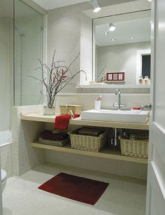 Un lavabo actual, con baldas de madera
