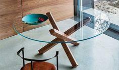 Mesa con base de madera, varios acabados como en metal cromado. Tapa es cristal templado transparente, disponible en varios colores.