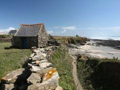 Vue sur la baie d'Audierne depuis le sentier de Plovézet, en Bretagne Photo Bretagne, Visit France, Architecture Art, Brittany, Explore, House Styles, Building, Places, Travel