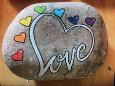 Love hearts painted rock Love hearts painted rock,malen und zeichnen Love hearts painted in rock Stone Art Painting, Heart Painting, Pebble Painting, Pebble Art, Mandala Painted Rocks, Painted Rocks Craft, Hand Painted Rocks, Painted Stones, Rock Painting Patterns