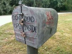 The Walking Dead Mailbox - this is so perfect,I like it