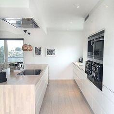 No photo description available. Open Plan Kitchen Living Room, Barn Kitchen, Kitchen Decor, Best Interior Design, Küchen Design, Kitchen Interior, Home Kitchens, Kitchen Remodel, Sweet Home