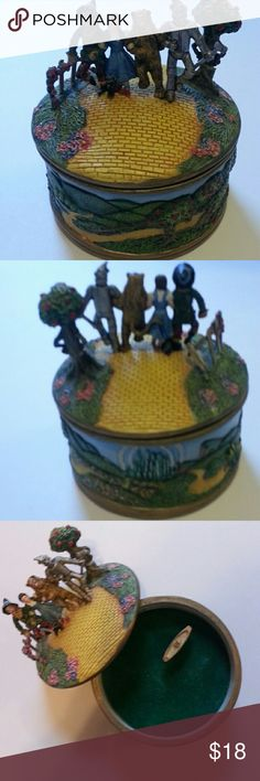 """We're Off To See The Wizard"" music box collection Music box from 1995 Ardleigh-Elliot collection Plays ""We're Off to See The Wizard"" Item appears to be nearly new ...minor scratching or the item was designed to appear scratched (the strawmans hat) Great for jewelry and collectors Other"