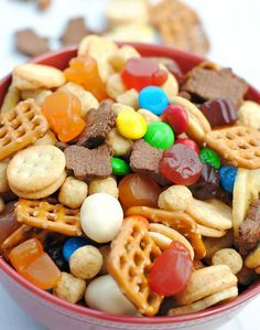 Healthy Snacks For Kids Trail Mix Recipe for Kids - This easy kid's snack mix is perfect for having around the house, taking on road trips or packing in a lunch for the little ones. So easy to put together and something they (and you!) are going to love. Cooking With Kids Easy, Easy Snacks For Kids, Kids Meals, Snacks For Beach, Camp Snacks, Pool Snacks, Kid Snacks, Healthy Camping Snacks, Camping Meals