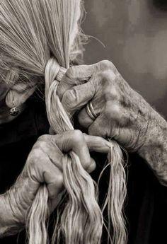 Mia nonna diceva la donna quando si sentiva triste intrecciava i suoi capelli così il dolore rimaneva intrappolato li