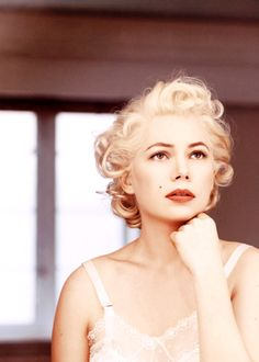 Michelle Williams is so beautiful as Marilyn Monroe.