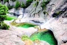 . Les piscines naturelles de marbre blanc remplies d'une eau émeraude font de la Purcarria la plus impressionnante série de chutes d'eau de la région. Dans ces piscines à débordement, vous pouvez nager jusqu'au bord de véritables précipices. Suivez la D268, et environ 2,5 km après le col de Larone vous trouverez un chemin sur la droit , 100 mètres avant le pont traversant le Purcaraccia (Lat Long 41.8375, 9.2645). | Atlantico.fr