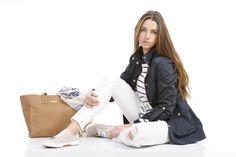 Camiseta de rayas, pantalón blanco y gabardina 4 bolsillos. http://www.amichi.es/catalogo/detalle/179708/cazadora-cuatro-bolsillos