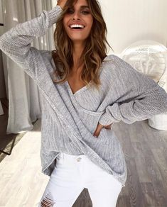 white and grey outfit / v-neck top and ripped jeans