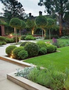 40 beautiful lighting ideas for the front yard The decor of the front garden is an important part of increasing the attractiveness of your living area. Lighting is important for decorating your front yard. Front Yard Decor, Modern Front Yard, Cheap Landscaping Ideas For Front Yard, Backyard Landscaping, Yard Ideas, Modern Backyard, Landscaping Design, Fence Ideas, Rustic Gardens