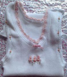 Camiseta de bebé bordado blanco con conejitos rosa
