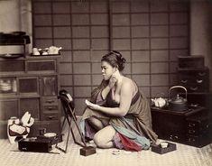 Jeune femme agenouillée, à sa toilette • 1880 Felice Beato et/ou Raimund von Stillfried-Ratenicz
