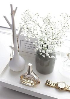 Interior I believe it´s the little things that completes a room and that makes it more personal. Decoration Inspiration, Interior Inspiration, Room Inspiration, Glamour Decor, Interior Styling, Interior Design, Perfume Tray, Perfume Display, Perfume Bottle
