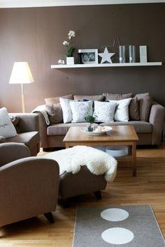 Wohnzimmer Modern Einrichten Wandfarbe Braun Weisse Akzente   Wohnideen