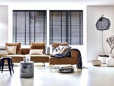 Zwarte Jaloezieën - Boer Staphorst | #zwart #jaloezie #licht #bank #decoratie #industrieel Bekijk meer op https://www.boer-staphorst.nl/raamdecoratie/
