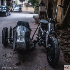 Honda Cub and sidecar. Honda Bobber, Bobber Motorcycle, Honda Cb750, Custom Motorcycles, Custom Bikes, Bike With Sidecar, Stunt Bike, Honda Cub, Moped Scooter
