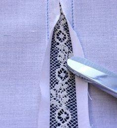 Spitze in Shirt einnähen | Wenn der Cutout breiter sein soll als das bisherige Shirt, einfach außen breiter auflegen / mit Falte auflegen | Redesign | Upcycle | Diy | Lace insertion tutorial, clever and saves time