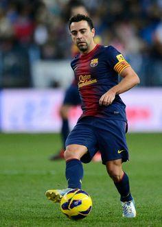 Xavi Hernandez - barcelona Xavi Hernandez, Soccer Players, Football Soccer, King Sport, Fc Barcelona, Olympics, Red And Blue, Club, Running